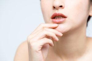 八重歯は抜歯しなくてOK?放置するリスクや治療法を解説