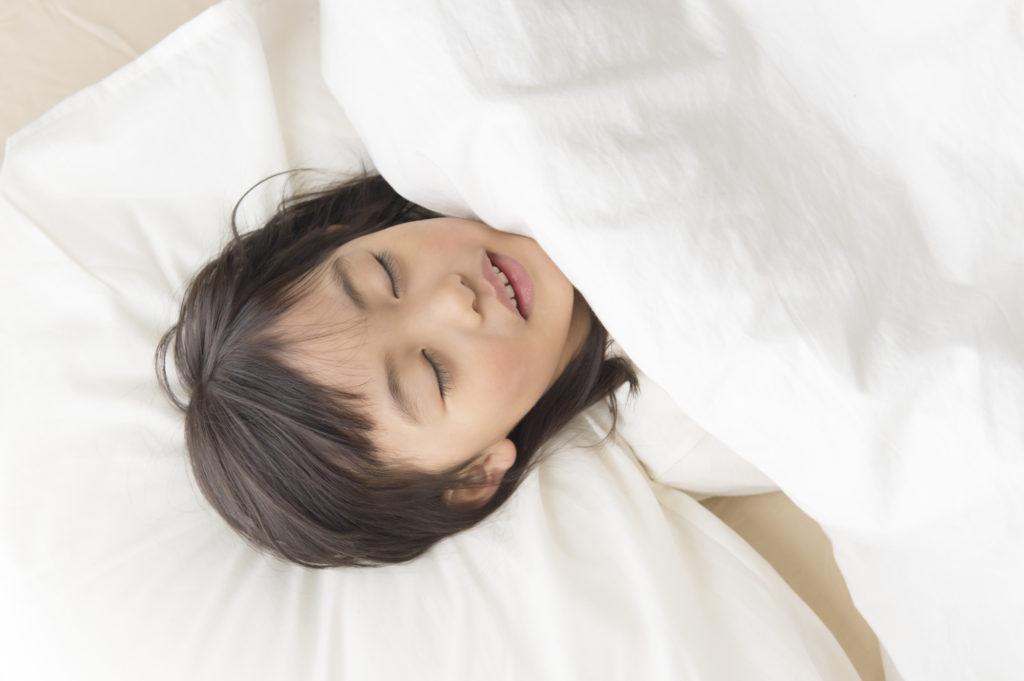 口呼吸で眠る子ども